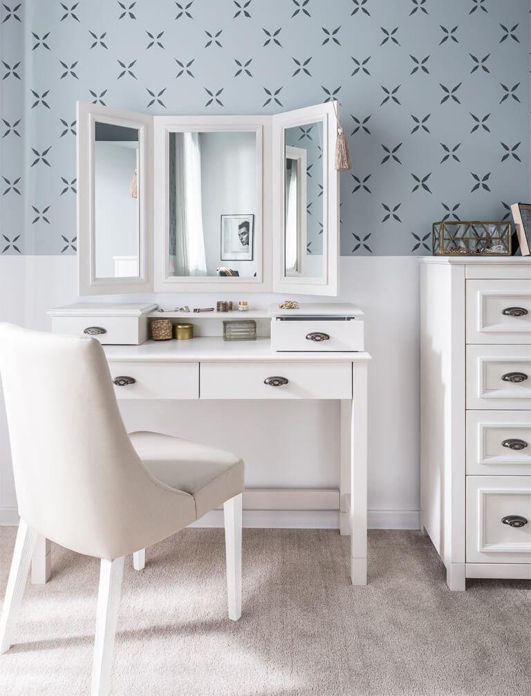 Biala toaletka z mozliwościa zamontowania lustra nada niepowtarzalnego stylu twojej sypialni